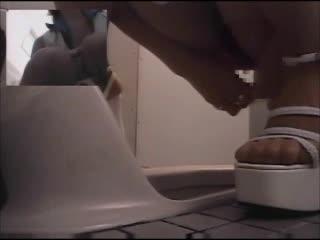 すらり美脚を白エナメルのハイヒールで仕上げたお嬢さんが和式トイレでキバってるゾ≪トイレ盗撮≫