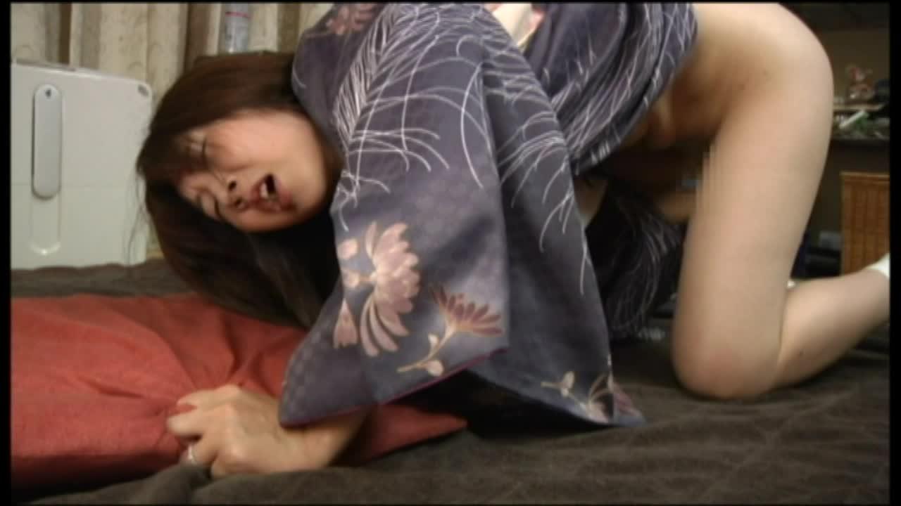 着物の人妻のオナニー無料jyukujyo動画。       着物姿の欲求不満の人妻が、本物のこけしを挿入してガチなオナニーww